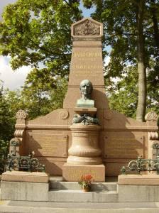 hahnemann tribute statue